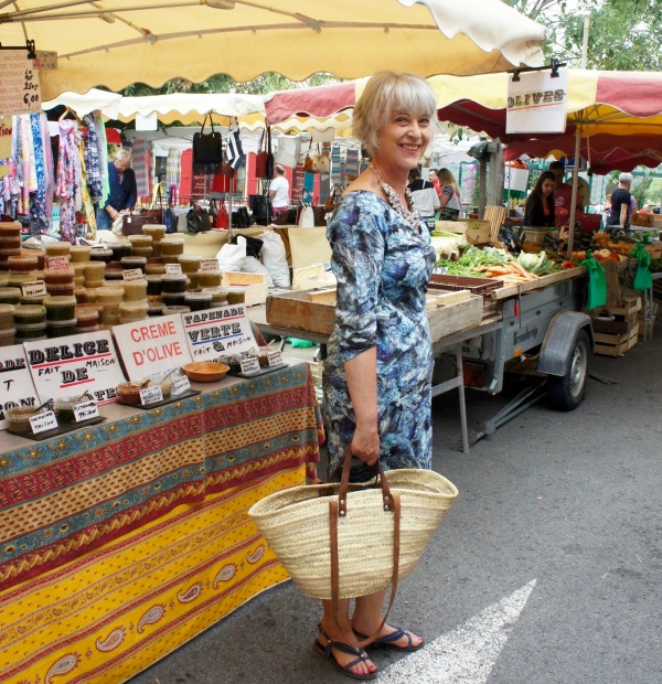 Bombshell dress Grimaud Market by food stall