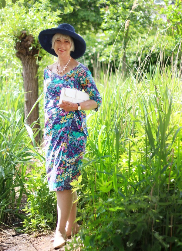 Bombshell dress with wide hat by bond