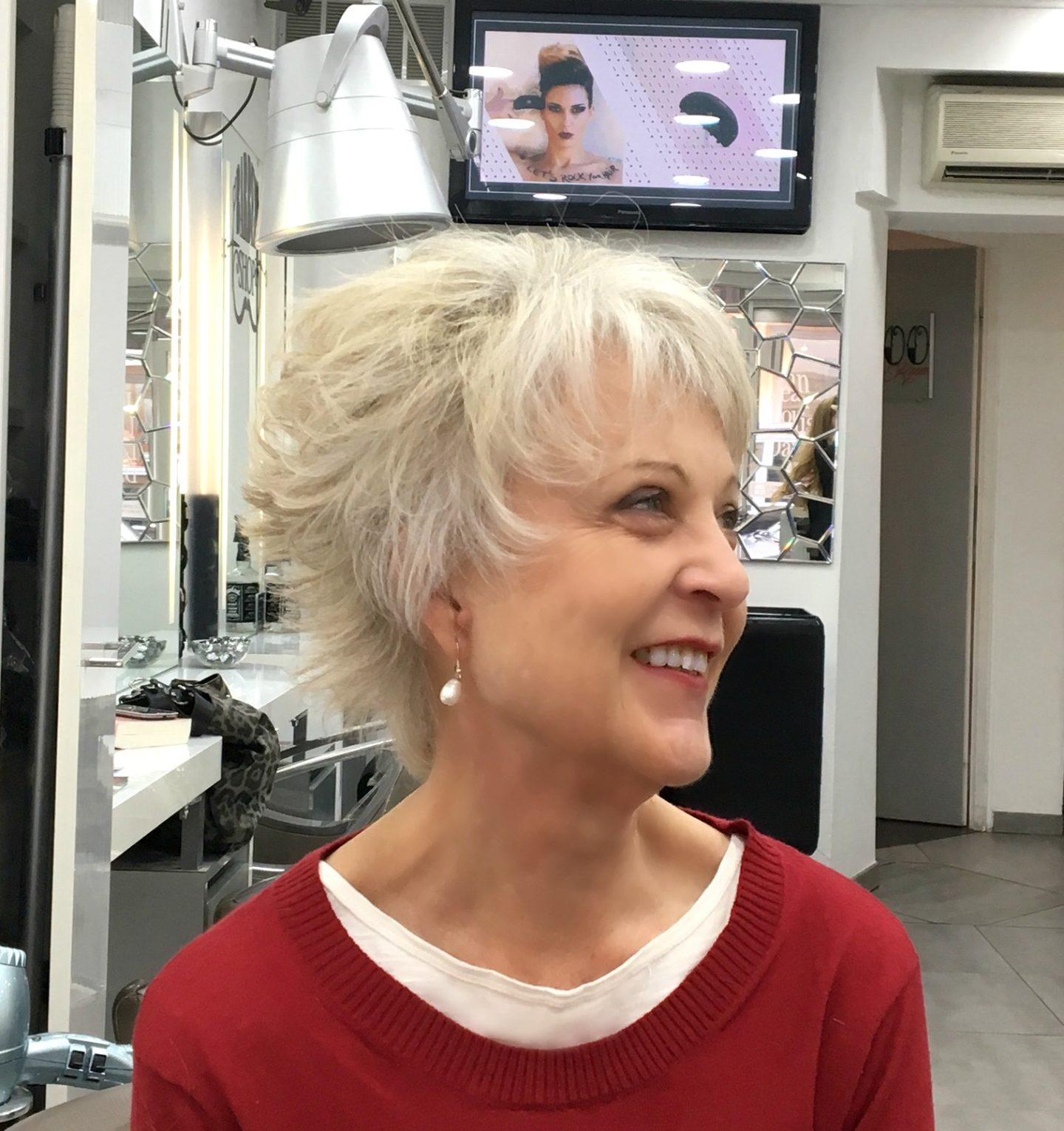 Flattering hairstyle for older women - Chic at any age